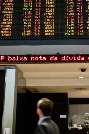 No Brasil, Bolsa de Valores cai com incerteza sobre o destino da política fiscal