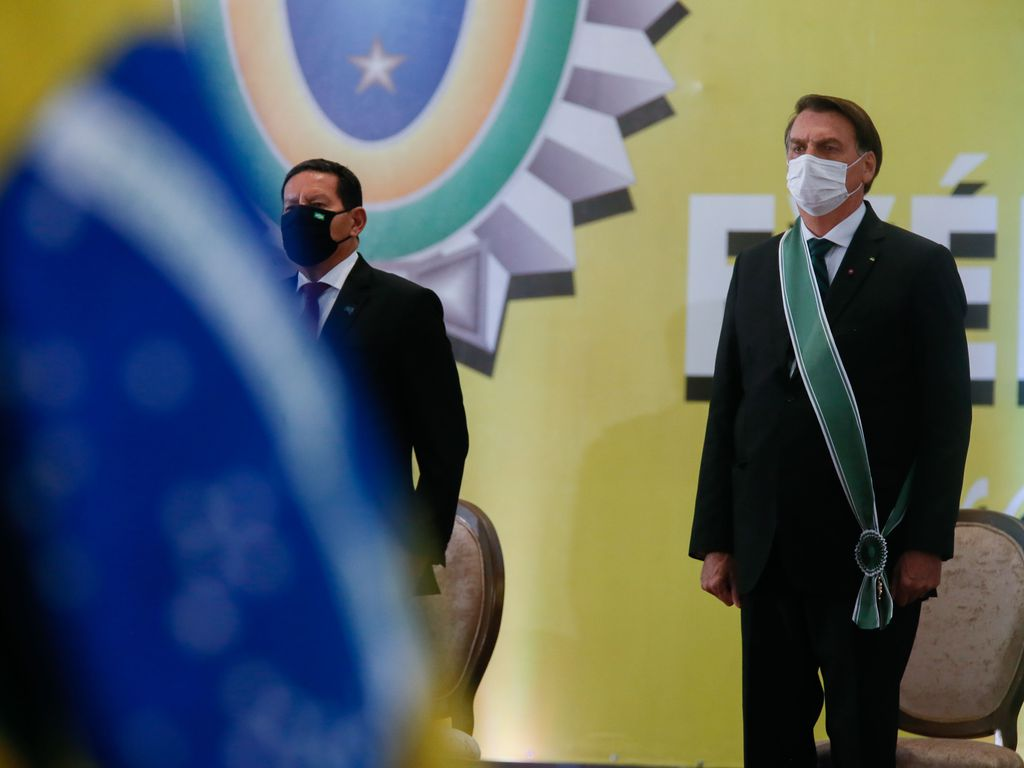 Mais de 100 movimentos sociais repudiam homenagem a Bolsonaro no AM
