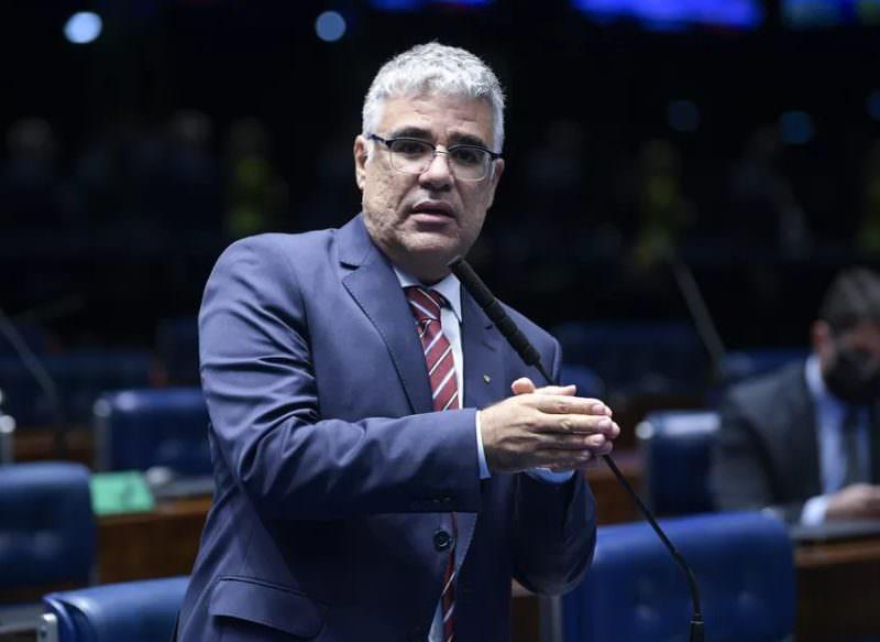 O senador Eduardo Girão anuncia candidatura à presidência da CPI da pandemia
