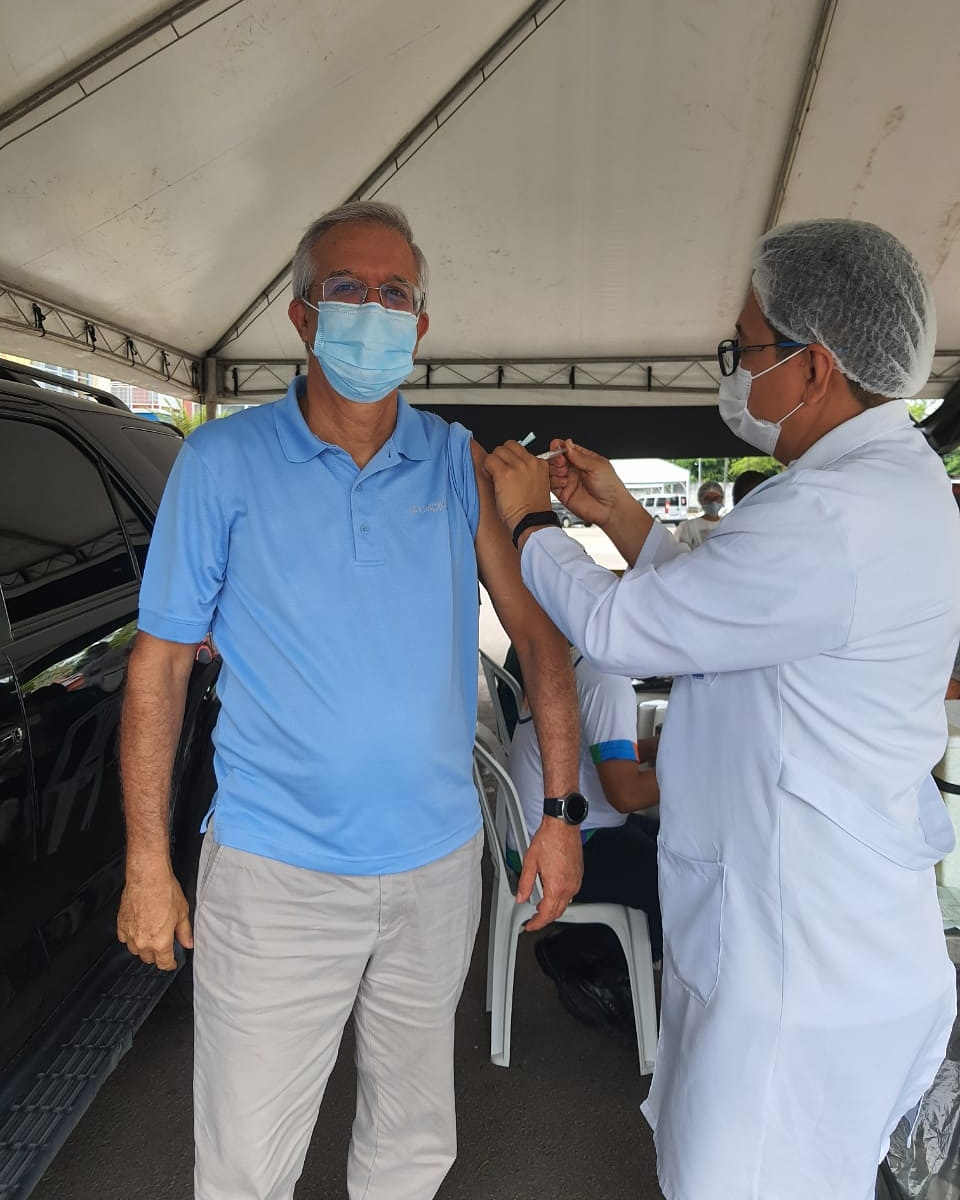 Romero Reis toma primeira dose da Coronavac e reitera importância da imunização