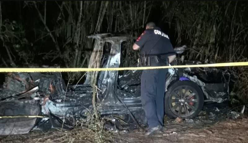 Veículo da Tesla bate em árvore e causa duas mortes nos EUA