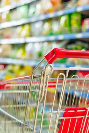 Vendas do comércio caem 0,6% em março, efeito da pandemia, diz IBGE