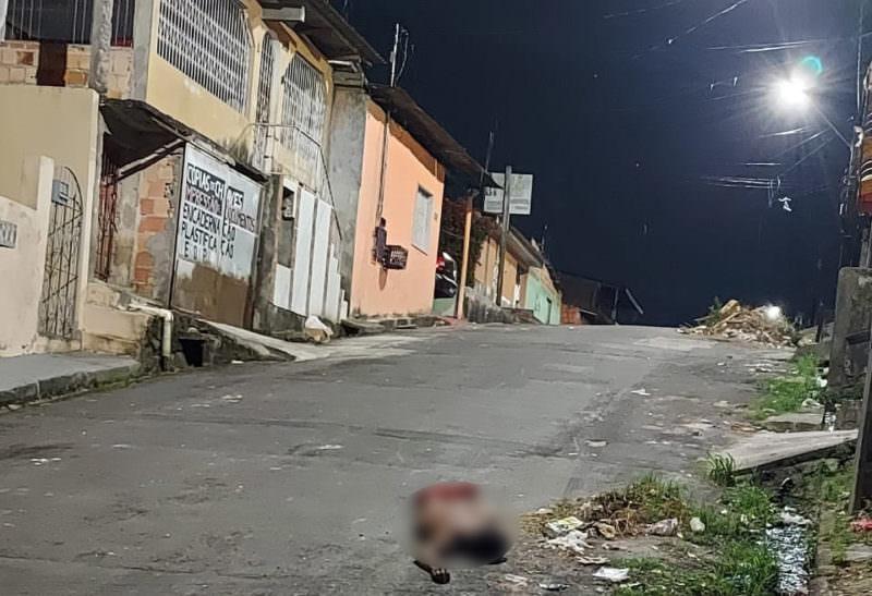 Homem seminu é encontrado morto com golpes de faca em Manaus