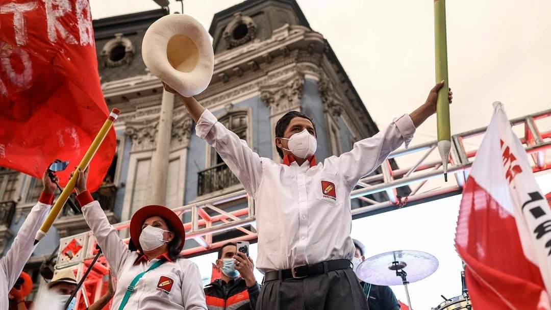 Eleições no Peru: esquerdista Pedro Castillo lidera boca de urna