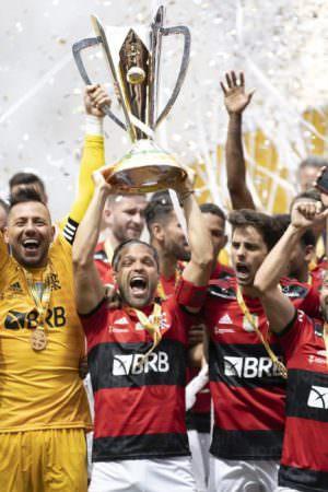 Festa na favela! Flamengo bate Palmeiras nos pênaltis e leva Supercopa do Brasil