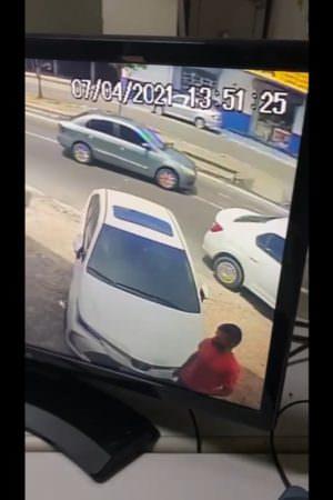 Câmeras flagram furto com uso de 'Chapolin' em Manaus; veja vídeo