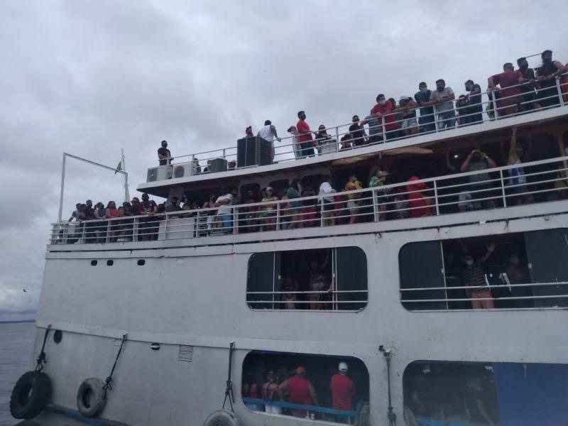 Cerca de 900 pessoas estavam no barco com destino à Praia do Tupé