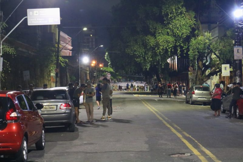 Bares do Centro de Manaus são fechados com mais de 300 pessoas nas ruas