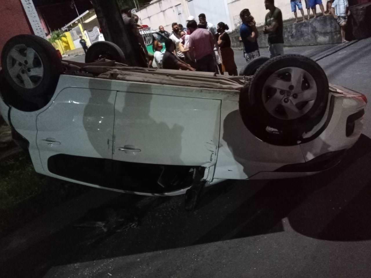 Carro capota e motorista fica ferido na Comunidade Mundo Novo