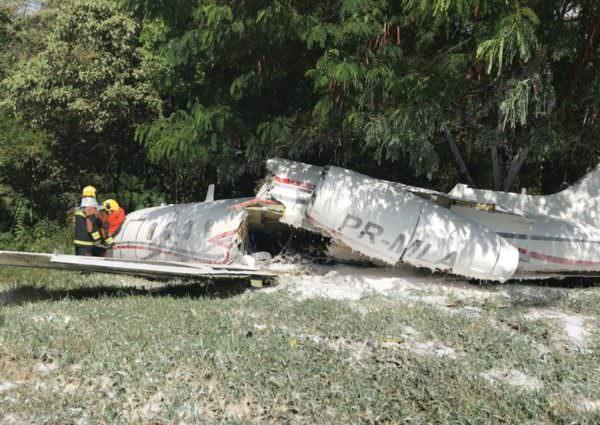Ao tentar fazer a decolagem, avião parte ao meio e deixa morto e feridos