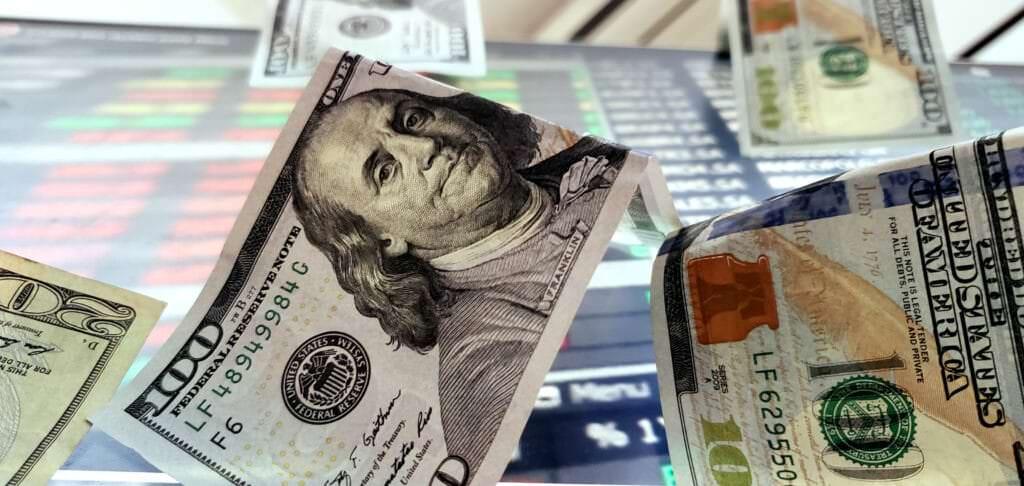 Valor do dólar chega a  R$ 5,72;  maior valor em duas semanas
