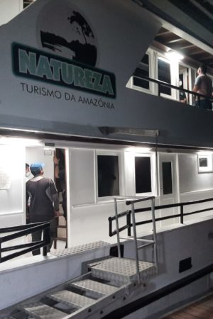 Polícia invade festa de blogueiras de Manaus em barco de luxo