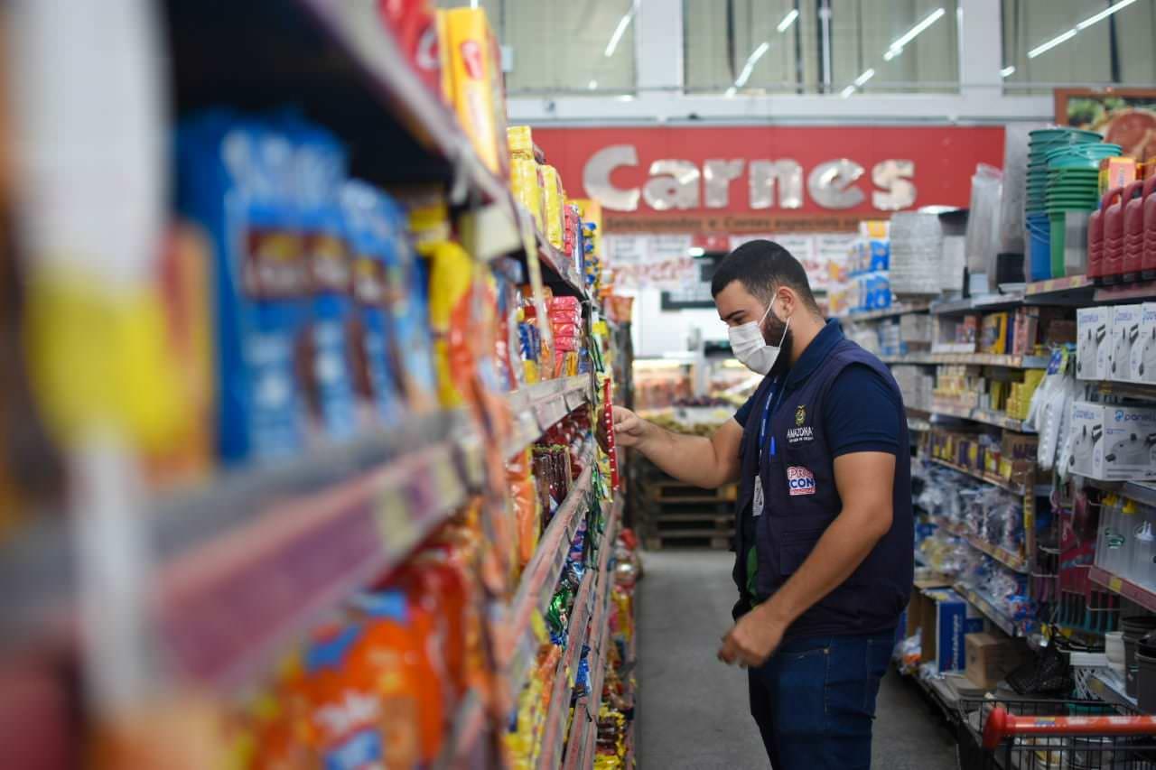 Fiscalização do Procon-AM apreende produtos no Monte das Oliveiras