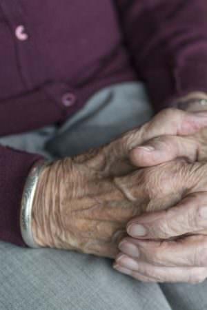 Durante vacinação, idosa relata maus-tratos e pede ajuda