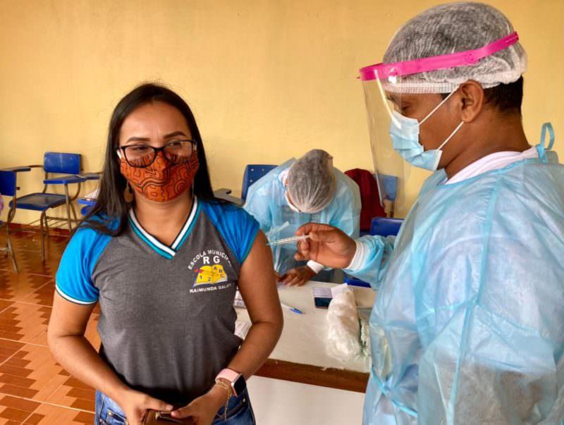 Professores começam a ser vacinados contra covid-19 em município do Amazonas