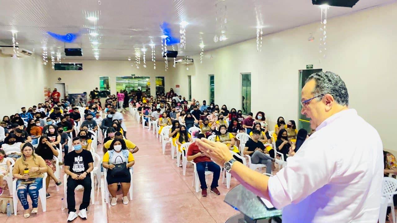 Em Manaus, deputado Silas Câmara se aglomera em igrejas