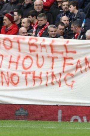 Manchester United e Liverpool é adiado após protesto em Old Trafford