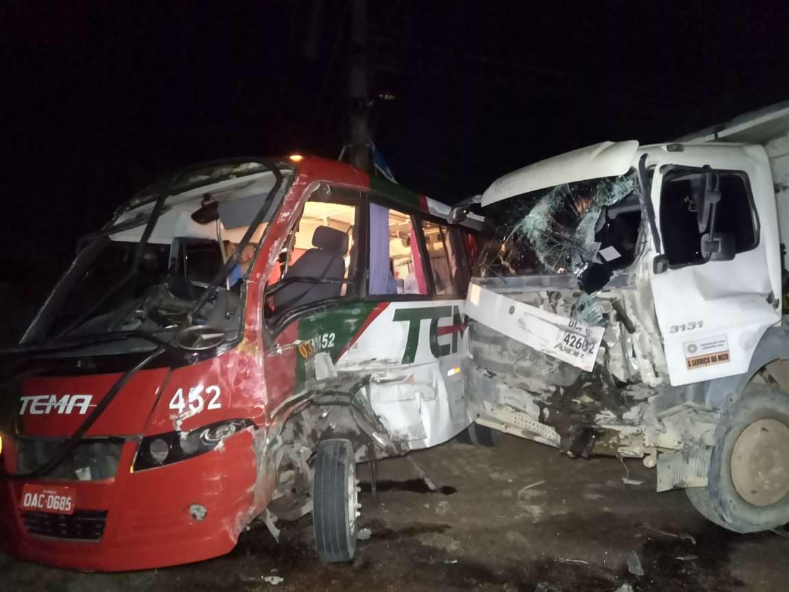 Caminhão e micro-ônibus colidem e deixam feridos no Tarumã, em Manaus
