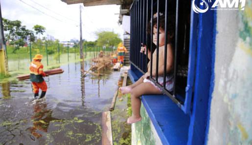 Bairro Presidente Vargas, (zona sul) de Manaus, é um dos mais afetados pela cheia do Rio Negro. Na foto, prefeitura constrói pontes de madeira. Foto : Márcio Silva/ AM1