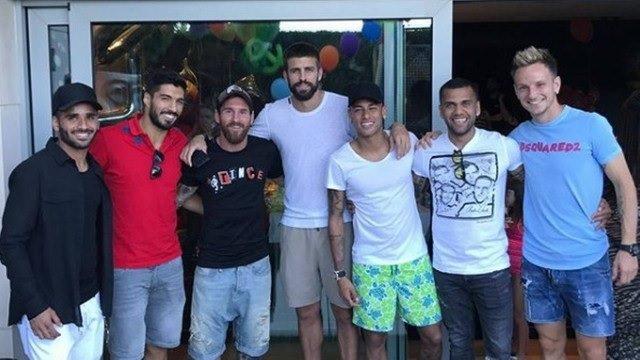 Messi faz churrasco com elenco do Barcelona antes de decisões do Espanhol