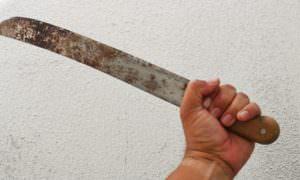 Homem tenta matar vizinho com facão durante confusão em Manaus
