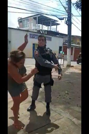 PM agride mulher após discussão no Mauazinho; veja vídeo