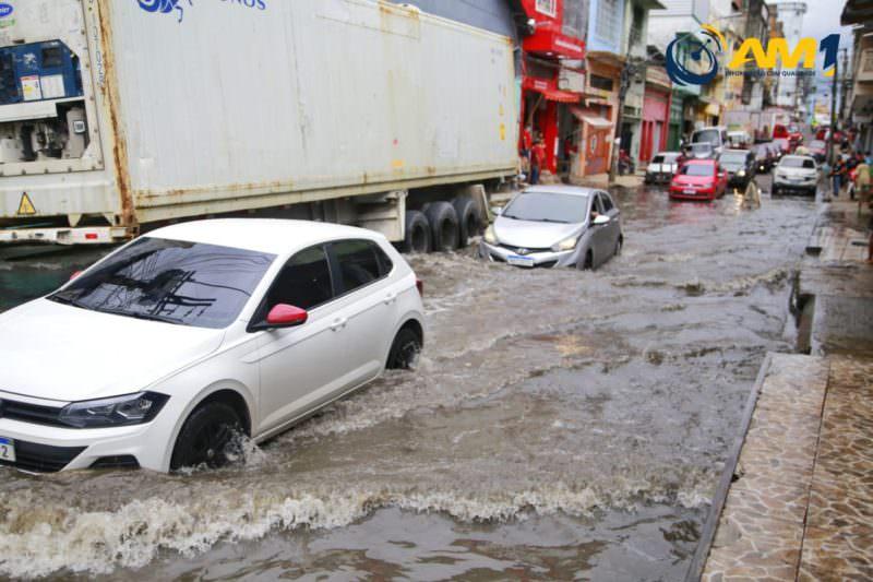 Cheia do Rio Negro atinge ruas de Manaus e preocupa comerciantes