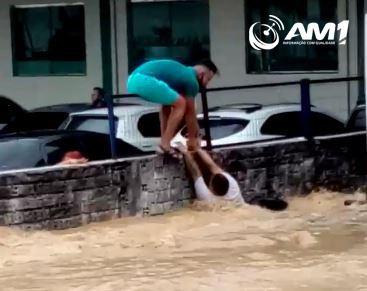 Desespero: homem se agarra às grades para não ser arrastado na Torquato