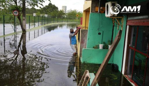 Bairro Presidente Vargas, (zona sul) de Manaus, é um dos mais afetados pela cheia do Rio Negro. Na foto, um morador da travessa Valter Raiol se apoia no muro para sair de casa. Foto: Márcio Silva/Portal AM1
