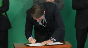 Bolsonaro assina mudanças no estatudo do desarmamento, armas