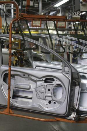 Produção industrial brasileira cai 2,4% de fevereiro para março