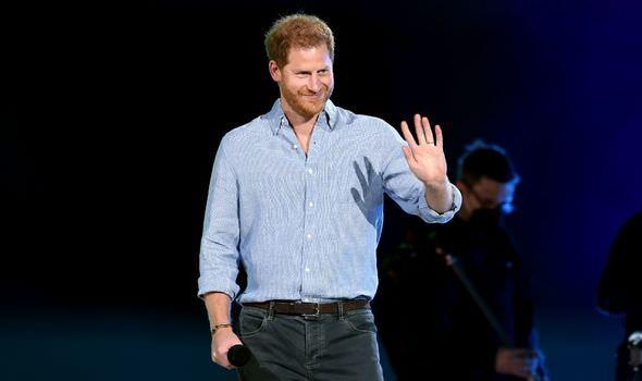 Com aplausos, príncipe Harry divulga vacinação contra covid em um show em Los Angeles