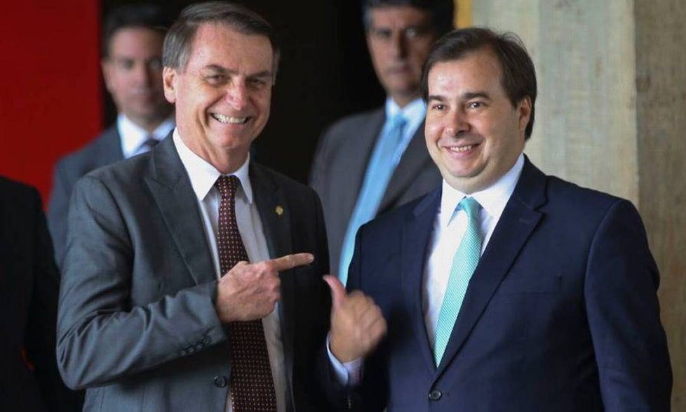 Maia diz que Bolsonaro não consegue assumir que é gay